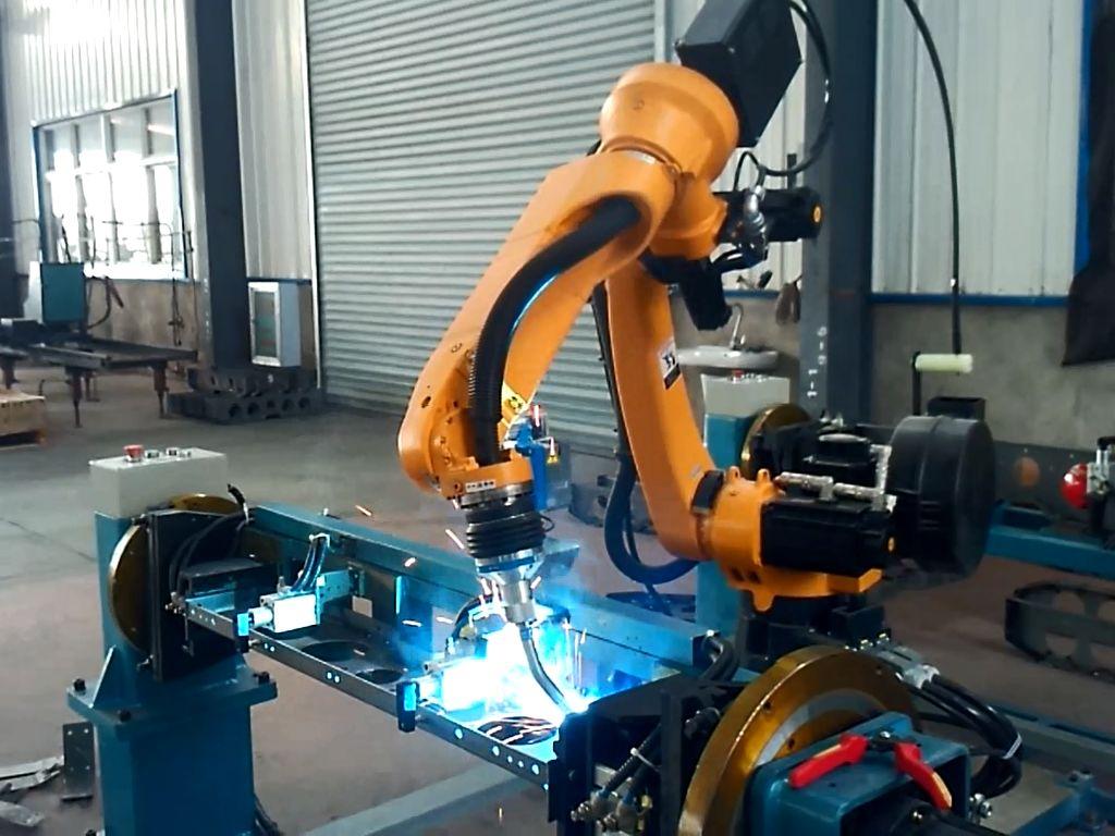 怎么也是一种科技发展的产物,所以焊接机械手的设计势必一套看体现出高科技含量,使其成为促进现代行业发展的动力。与此同时,焊接机械手在设计的时候要以操作方便和维修简单为基本原则,降低人们操作的难度。 焊接机器人系统械手离不开执行机构、驱动系统、控制系统以及位置检测装置等多个部分,在PLC程序控制的条件下,采用液压传动方式来实现执行机构的相应部位发生规定要求的,有顺序、有运动轨迹、有一定速度和时间的动作。 工作的时候,焊接机械手会按其控制系统的信息对执行机构发出指令,必要时可对机械手的动作进行监视,当动作有错误